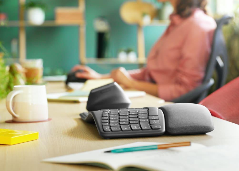fotografia di una tastiera e mouse ergonomici su una scrivania