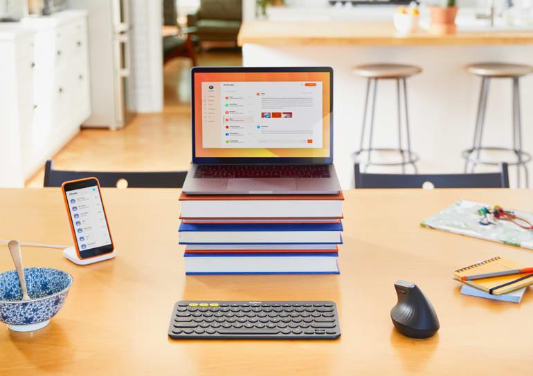 Opstelling van een werkruimte met laptop, smartphone, extern toetsenbord en verticale muis