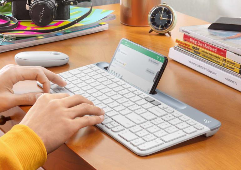 Tastiera wireless utilizzata per digitare su smartphone