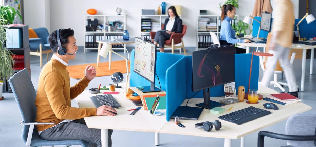 Человек проводит видеоконференцию в офисе