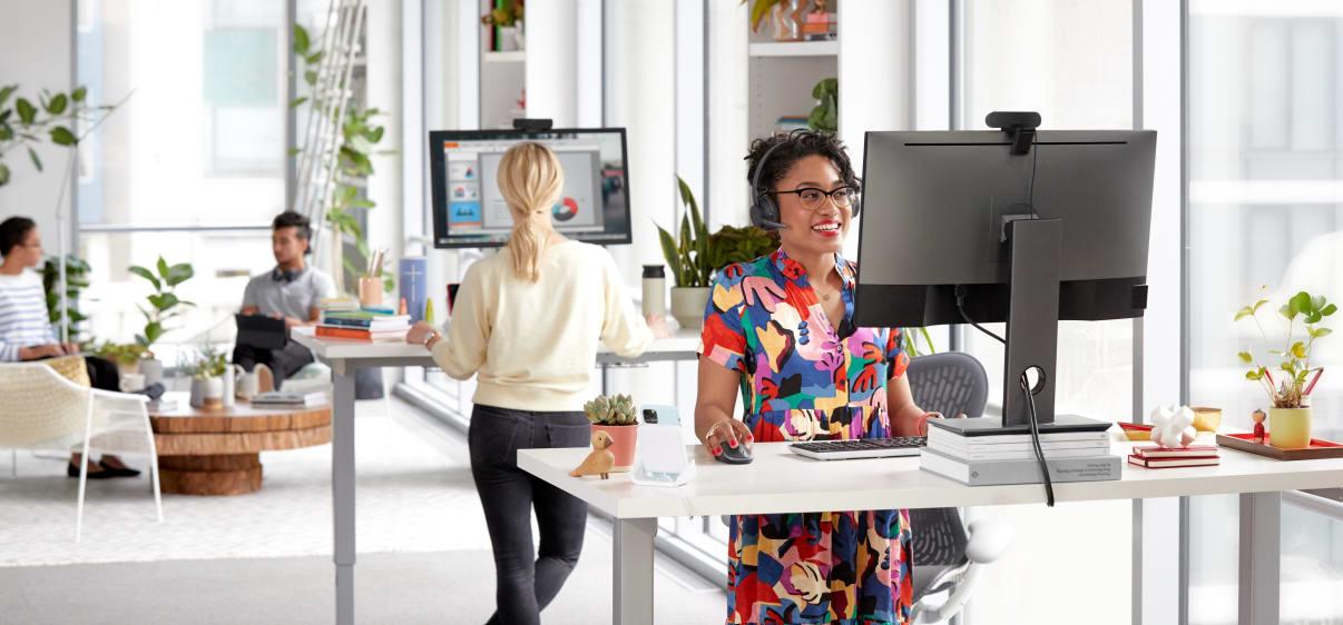 Стоящая женщина работает за столом