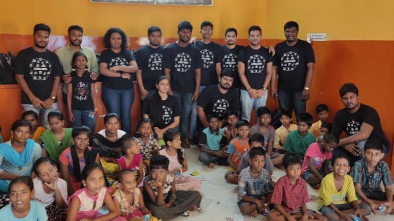 Voluntarios de Logitech en el refugio infantil Anaikkum Karangal