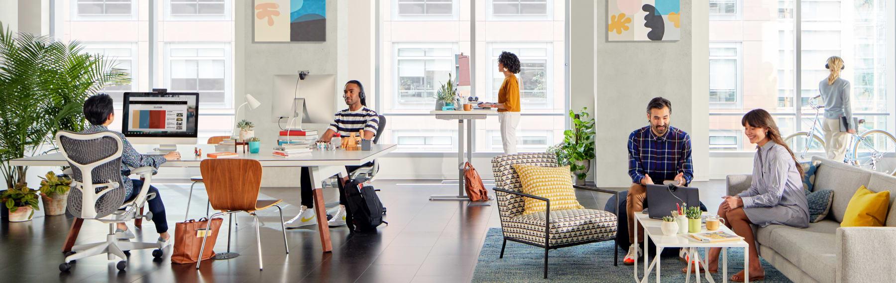 Personer som jobbar i öppna kontorslandskap