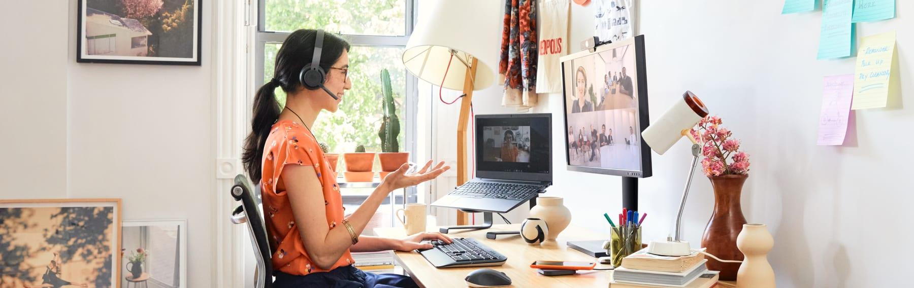 Ein Frau in einer Videokonferenz, die die Ausrüstung von Logitech verwendet