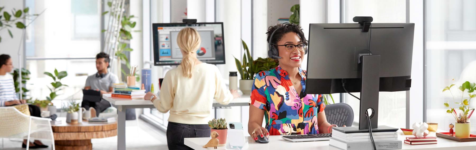 Vergadering in een open kantoor met Logitech-webcam en -headset
