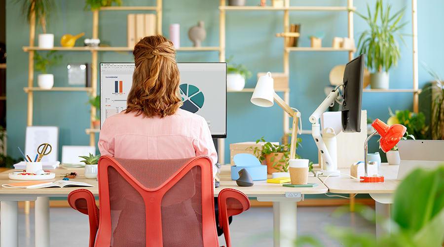 En kvinna som jobbar framför datorn