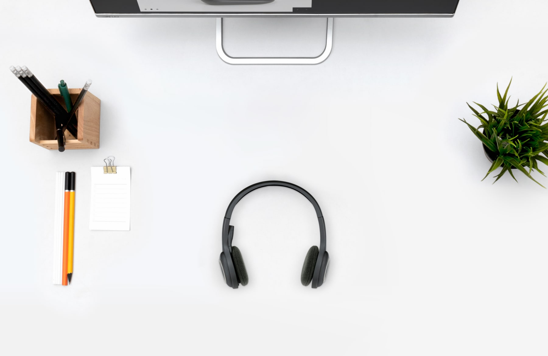 https://resource.logitech.com/w_1800,h_1800,c_limit,q_auto,f_auto,dpr_1.0/content/dam/logitech/en/products/headsets/h600-wireless-headset/h600-hero-banner-02.jpg?v=1