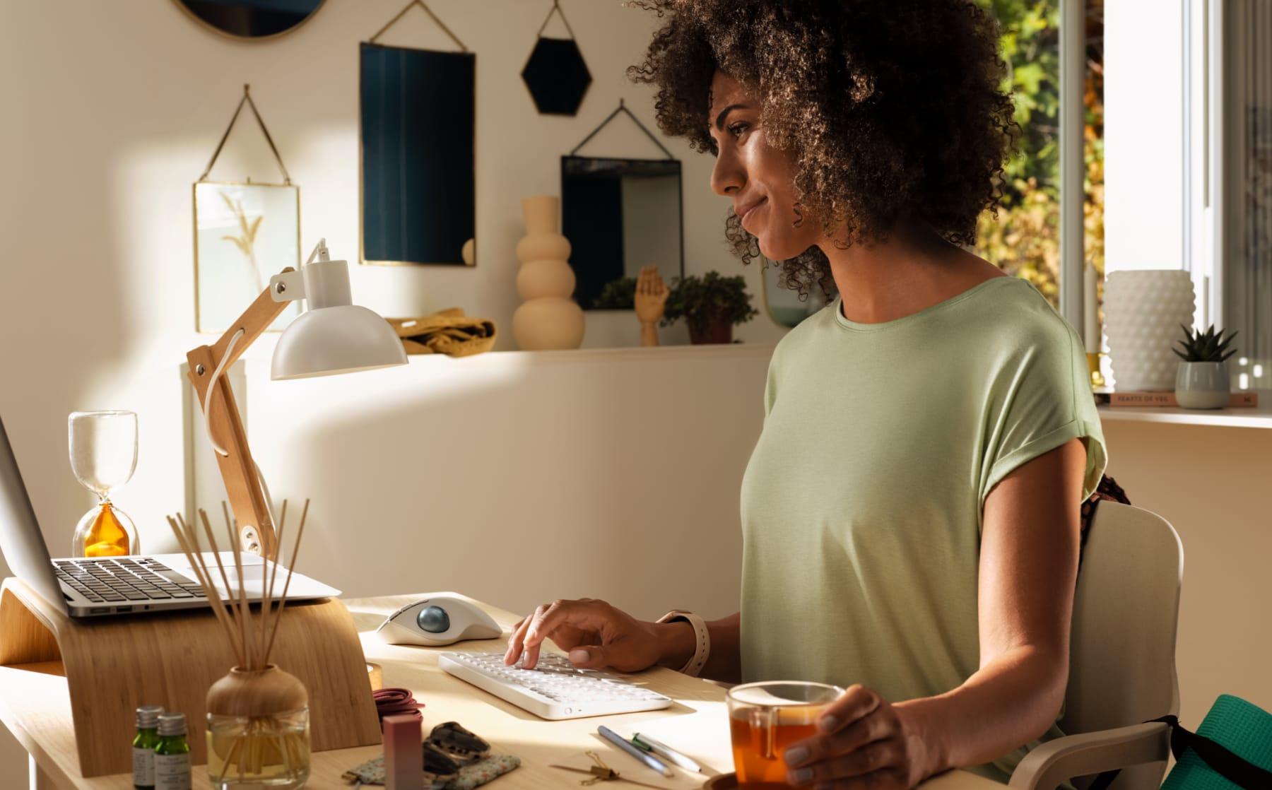 Mujer trabajando con una computadora