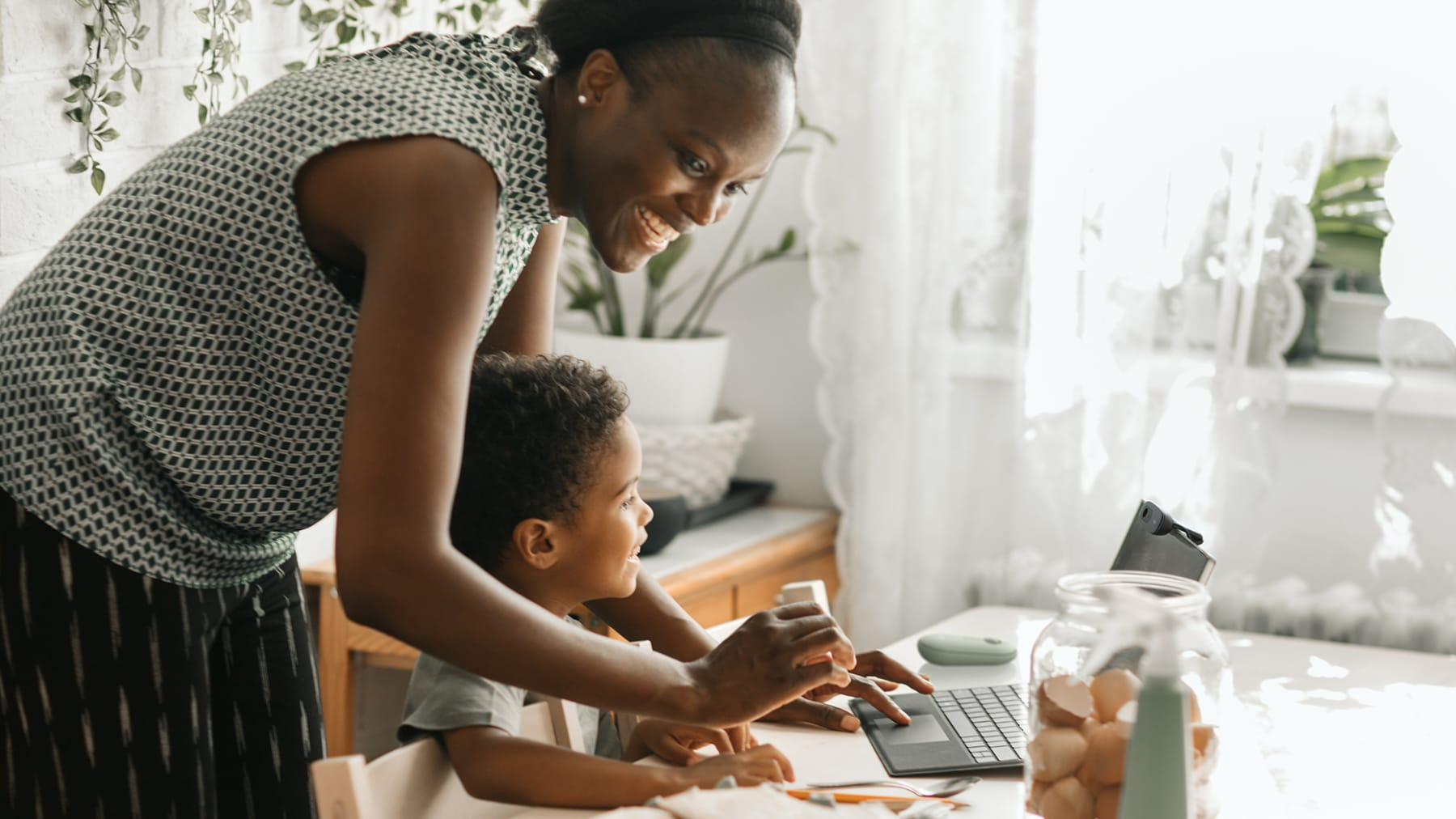 Förälder och barn interagerar med en bärbar dator