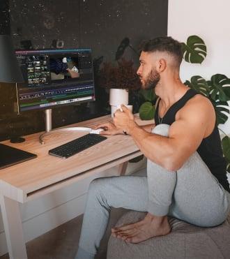 Enrique Alex, Logitech kamera kullanan Video Kreatör