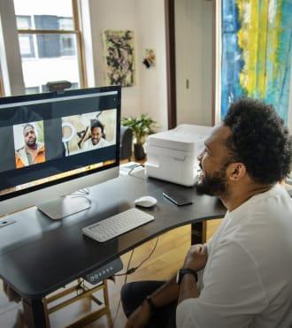 Everette Taylor, video konferansta Logitech web kamerasını kullanan girişimci