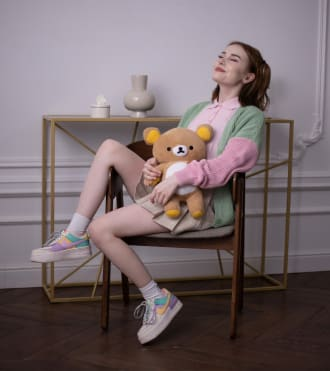 Faya, sandalye üzerinde poz veren bir Video Blogger