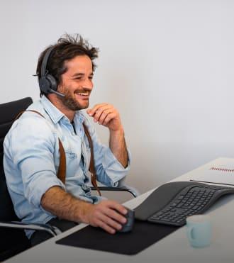 Grégoire, ergonomik klavye ve fare kullanan fizyoterapist