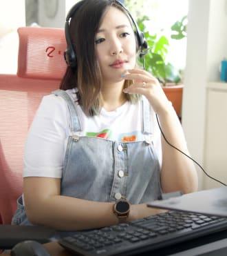 Jemma Wei, Logitech kablolu kulaklık kullanan yazar