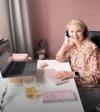 Kelly Caresse, kablosuz kulaklık, pembe klavye ve fare kullanan Yaşam Tarzı Vlogger'ı