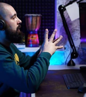 Lex Kartynnik, kablosuz klavye ve fare kullanan bir programcı