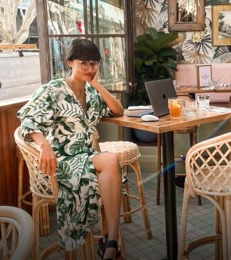 May Leong, bir kafede kablosuz fare ile bir dizüstü bilgisayar kullanan tasarımcı
