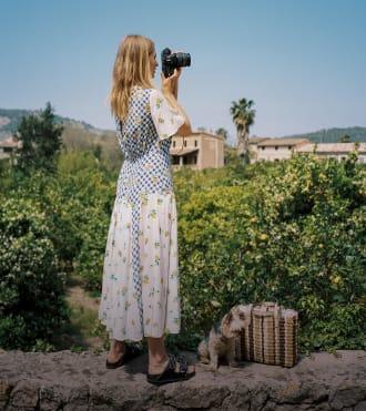 Michela Wissen, açık havada fotoğraf çeken fotoğrafçı