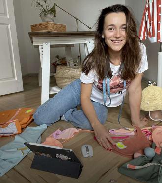 Nastya Korotkaya, iPad ve bluetooth fare kullanan Çocuk Kıyafetleri Tasarımcısı