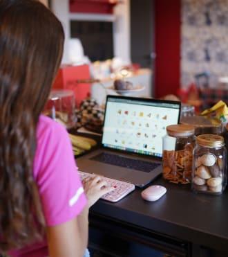 Rachel Araz Kiresepi, dizüstü bilgisayarını harici bir klavye ve fare ile kullanan Dijital Kreatör