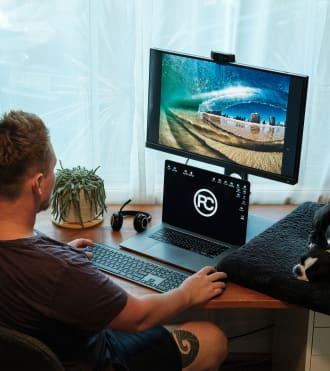 Ray Collins, harici bir klavye ve fare takımı ile dizüstü bilgisayar kullanan bir fotoğrafçı