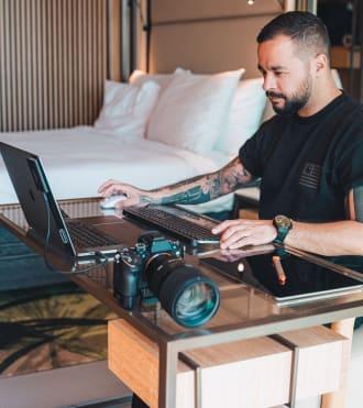Remy Sapuletej, özel klavye ve faresi bulunan bir dizüstü bilgisayar kurulumuna sahip fotoğrafçı