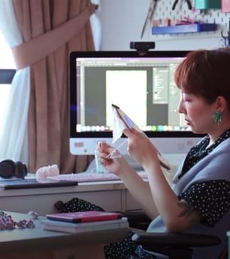 Teresa, tasarımlarında Logitech ürünleri kullanan sanatçı