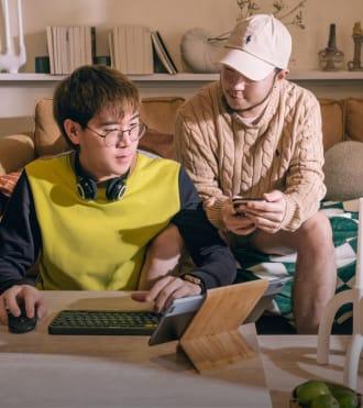Thirapat Ekbundit, kablosuz fare ve klavye ile tablet kullanan Yaratıcı İçerik Üreticisi