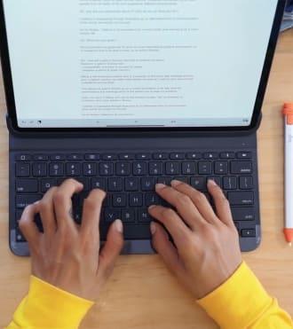 Tiffany Lovage, iPad klavye kılıfında bir şeyler yazan sanatçı