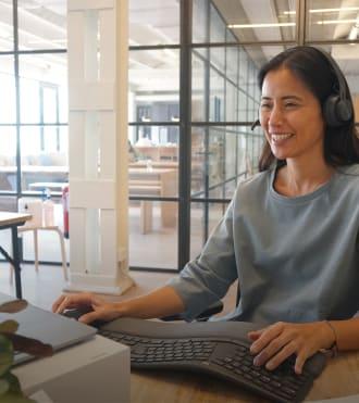 Xuan Lan, Logitech kulaklık ve klavye kullanan Yoga Eğitmeni