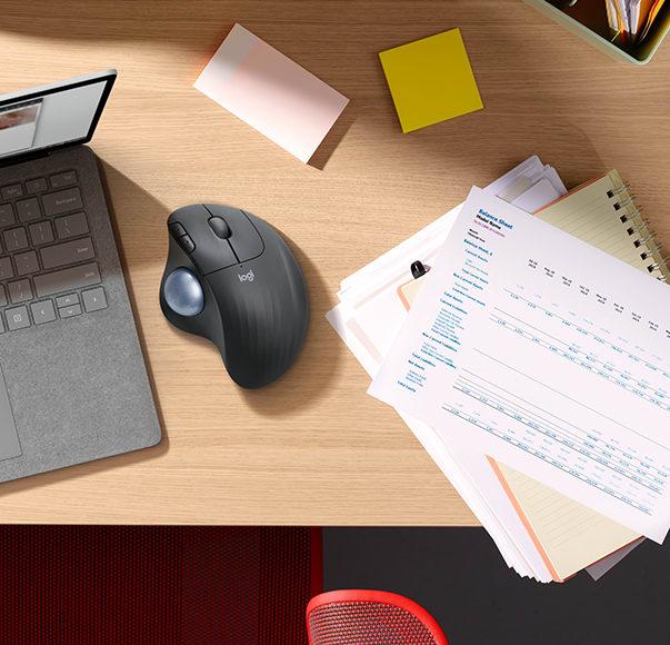 Ergo M575-muis op een bureau