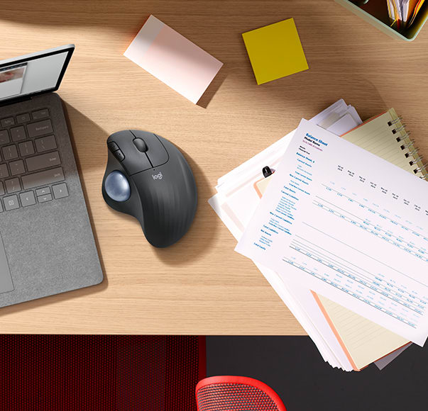 Mouse Ergo M575 su una scrivania
