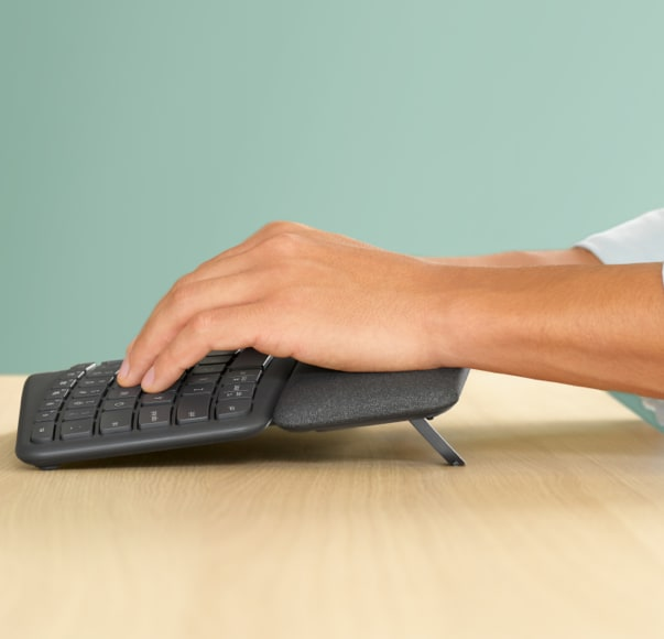 手指在 Ergo K860 鍵盤上打字