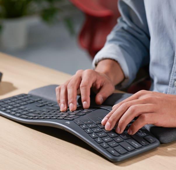 Doigts tapant sur un clavier Ergo K860