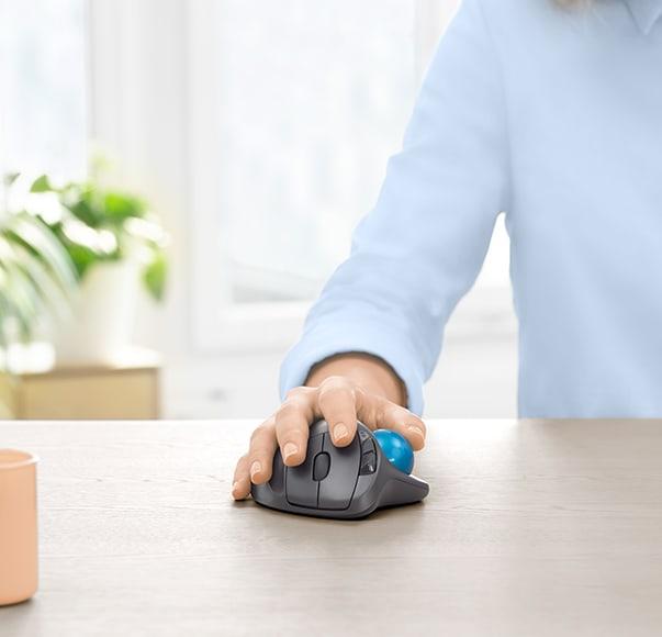 M570 trackball mouse'u tutan bir el