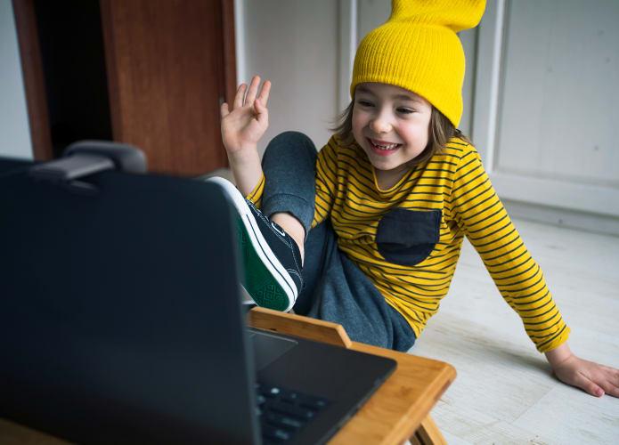 Studenten die een webcam en laptop gebruiken voor peer-to-peer contact