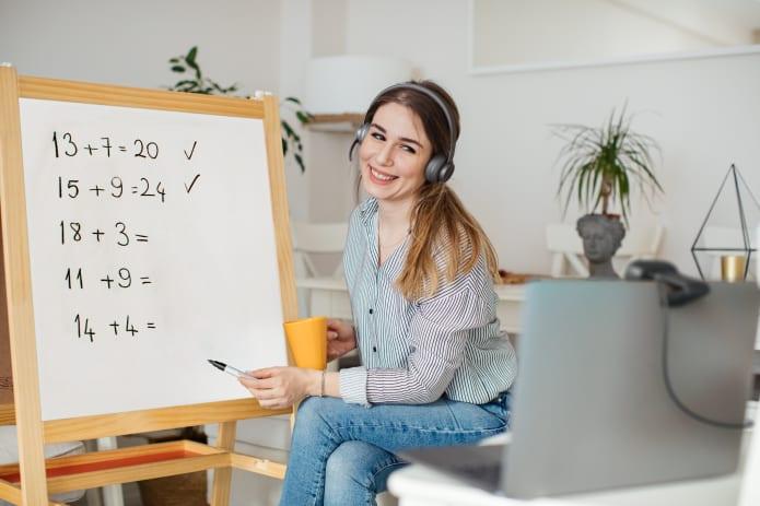 Undervisning online med en whiteboard och ett headset