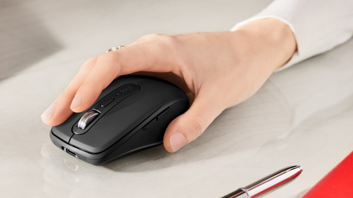 Donna che tiene in mano un mouse MX Anywhere 3
