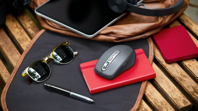 Mouse MX Anywhere 3 su un album da disegno