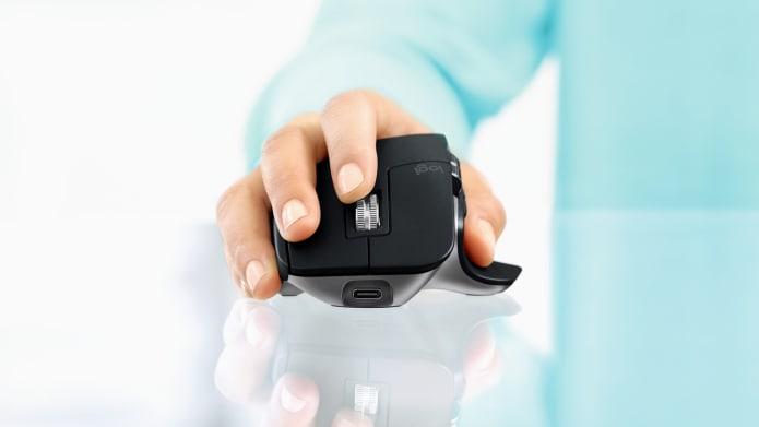 Main d'un homme utilisant la souris MX Master pour Mac
