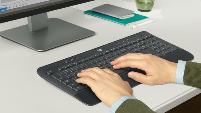 Bàn tay đang gõ trên bàn phím có bố cục quen thuộc