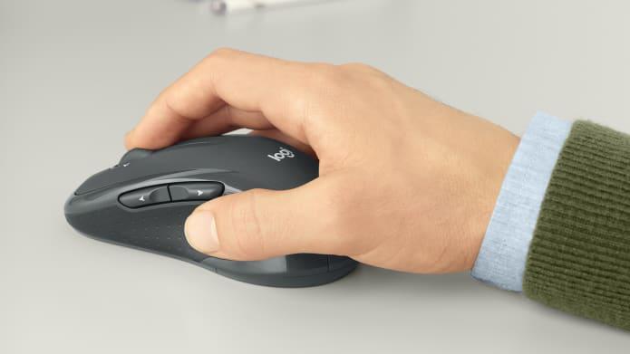 Bàn tay đang nắm con chuột uốn cong