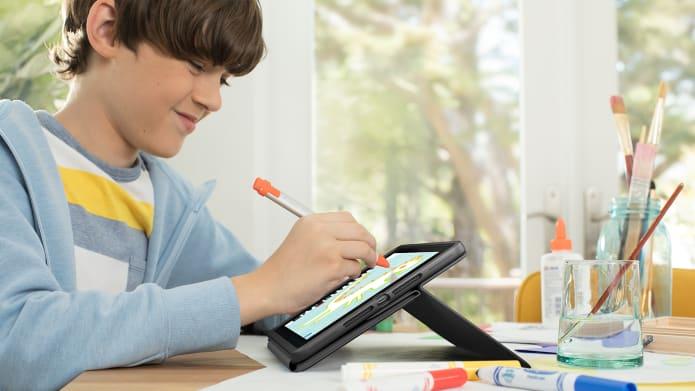 Un élève à la maison, écrivant sur une tablette avec Crayon.