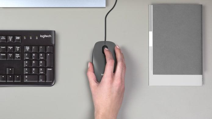Рука, держащая компьютерную мышь