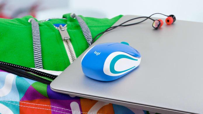 kék számítógépes egér egy laptopon fülhallgatókkal