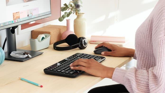 arbeidsområde med kompakt, trådløst tastatur og mus