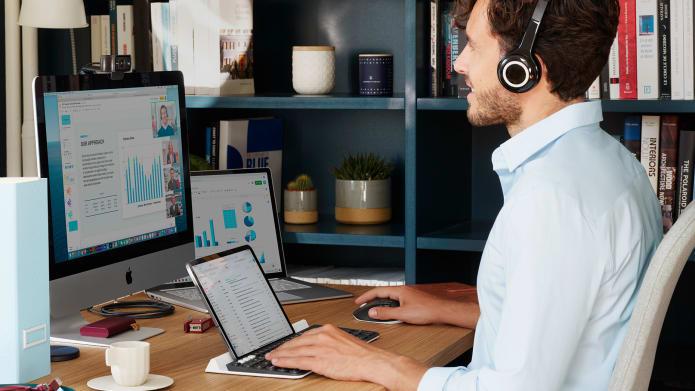otthoni munkahely-elrendezés laptoppal és táblagéppel