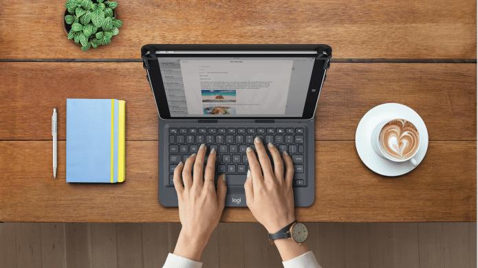 Tablet usada sobre una mesa como si fuera una laptop