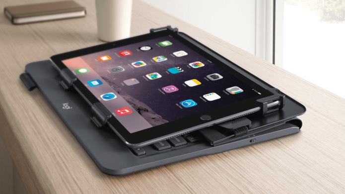 Tablet sobre la mesa con folio