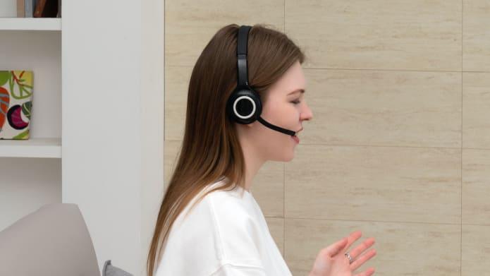 Ilustracja przedstawiająca osobę z zestawem słuchawkowym i mikrofonem